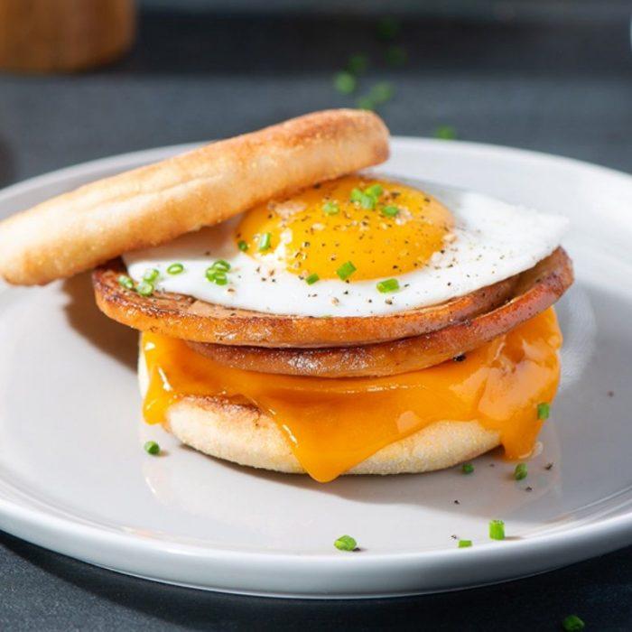 Sandwich déjeuner à la Salciccia, fromage fondant, œuf et ciboulette