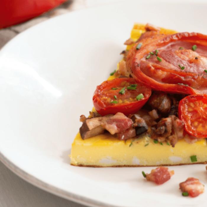 Omelette au bacon de pancetta, tomates rôties et cheddar