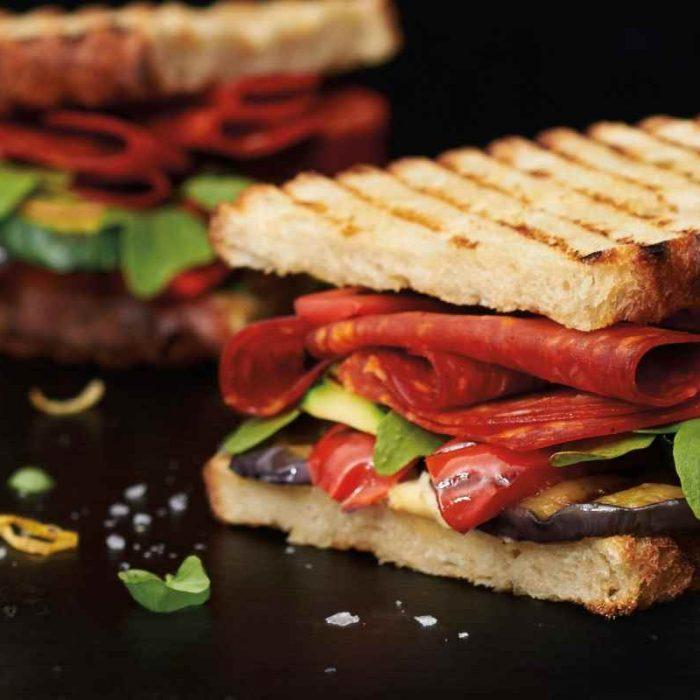 Sandwich au chorizo, légumes grillés au basilic frais, hummus citronné et roquette